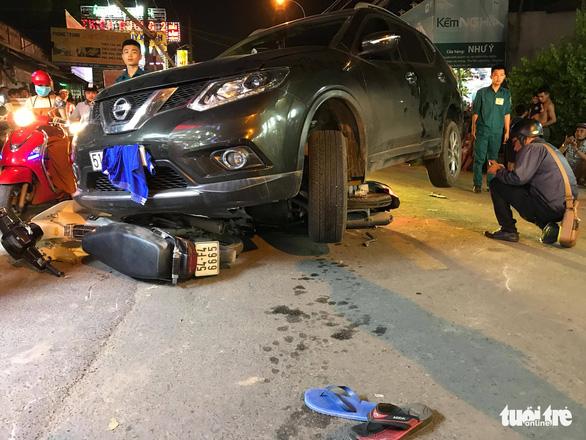 Ôtô va chạm nhiều xe máy, tài xế đóng cửa bỏ đi - Ảnh 2.