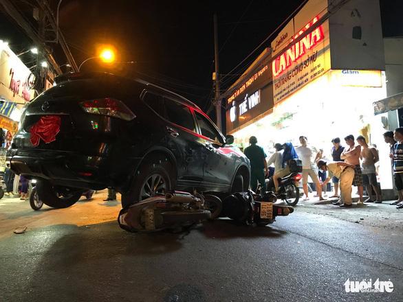 Ôtô va chạm nhiều xe máy, tài xế đóng cửa bỏ đi - Ảnh 1.