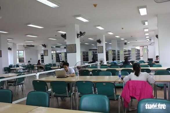 Thư viện vắng hơn chùa Bà Đanh nhưng vẫn say sưa kể thành tích - Ảnh 1.