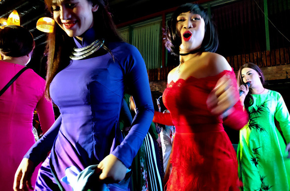 Ngắm những cô đào hát lô tô qua lăng kính Oppo R17 Pro - Ảnh 9.