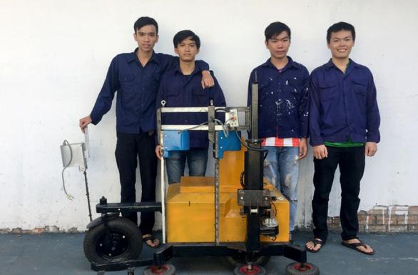 Robot cắt tỉa viền cây cảnh made by sinh viên - Ảnh 2.
