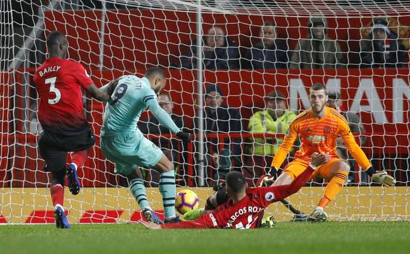M.U hòa Arsenal trong trận cầu của những sai lầm - Ảnh 3.