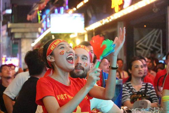 Người Việt cả nước đang ngây ngất chung niềm vui chiến thắng - Ảnh 13.