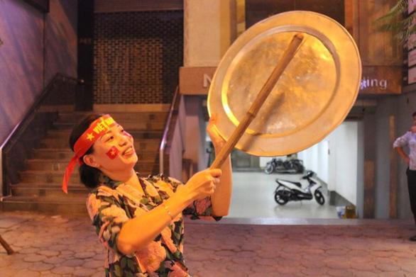 Người Việt cả nước đang ngây ngất chung niềm vui chiến thắng - Ảnh 16.