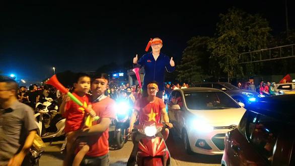 Người Việt cả nước đang ngây ngất chung niềm vui chiến thắng - Ảnh 10.