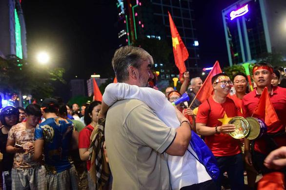 Người Việt cả nước đang ngây ngất chung niềm vui chiến thắng - Ảnh 12.