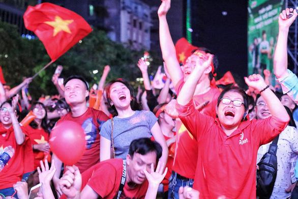 Người Việt cả nước đang ngây ngất chung niềm vui chiến thắng - Ảnh 7.