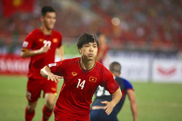Cổ động viên Malaysia chúc mừng tuyển Việt Nam ngay lập tức! - Ảnh 1.