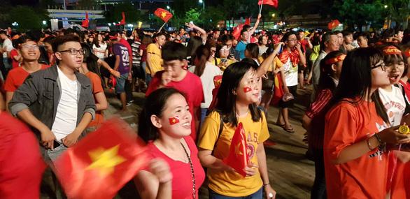 Người Việt cả nước đang ngây ngất chung niềm vui chiến thắng - Ảnh 4.