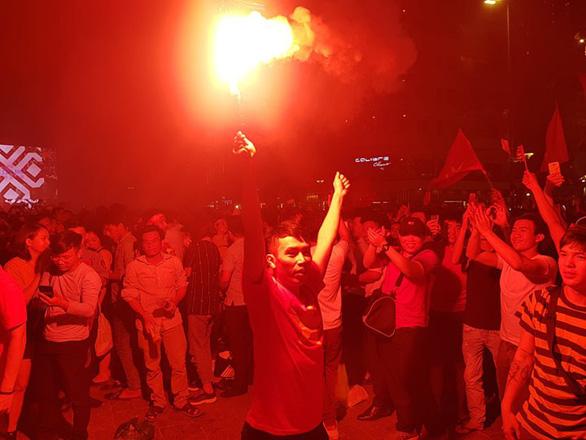 Người Việt cả nước đang ngây ngất chung niềm vui chiến thắng - Ảnh 2.