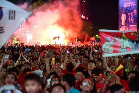 Người Việt cả nước đang ngây ngất chung niềm vui chiến thắng - Ảnh 14.