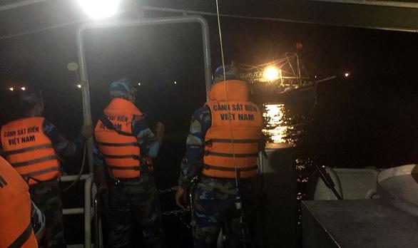 Cảnh sát biển cứu tàu cá bị trôi dạt nhiều giờ - Ảnh 1.