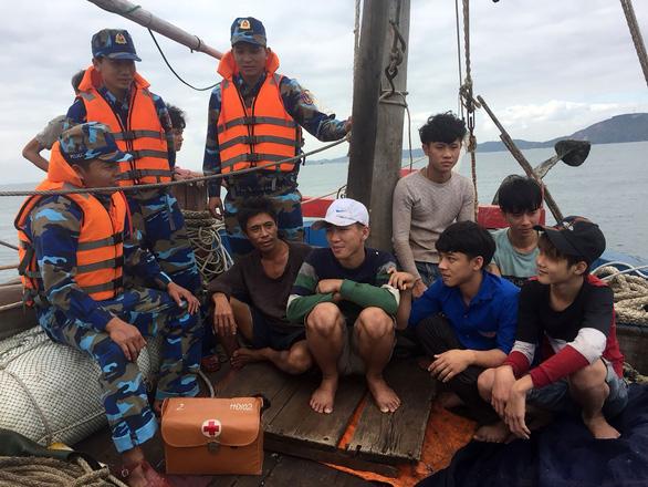 Cảnh sát biển cứu tàu cá bị trôi dạt nhiều giờ - Ảnh 3.