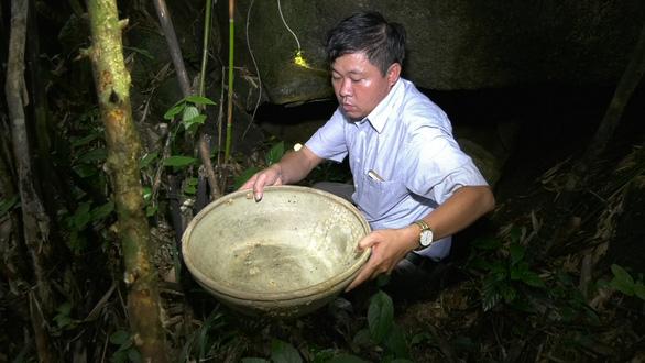 Phát hiện hang động ở Thanh Hóa có đồ sứ nghi là cổ vật - Ảnh 1.