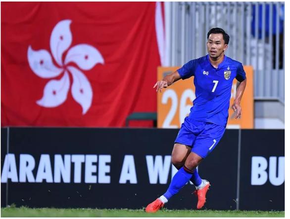 Xúc động hình ảnh tuyển thủ Thái Lan ôm mẹ khóc sau trận bán kết - Ảnh 1.