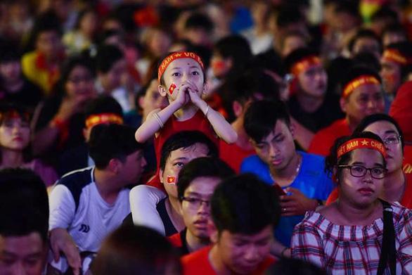 Giá mà cuồng nhiệt bóng đá chia sẻ một chút cho... giáo dục, văn hóa - Ảnh 1.