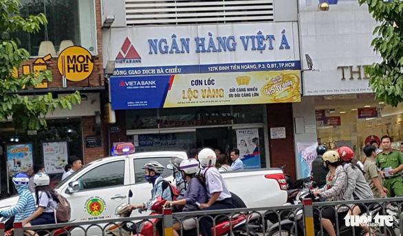Nghi can khống chế 5 người, cướp 1 tỉ đồng của Ngân hàng Việt Á - Ảnh 1.