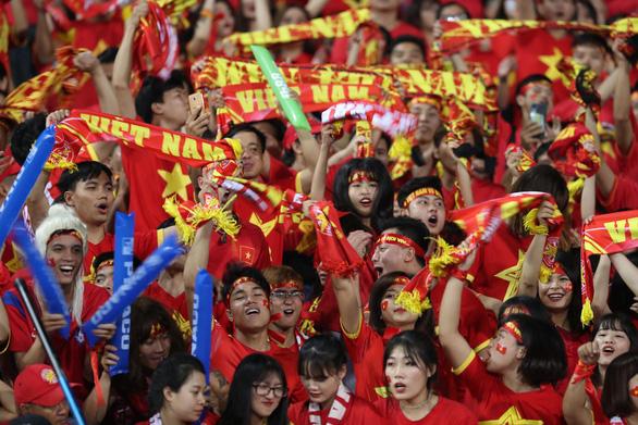 CĐV Việt Nam lập kỷ lục về tiếng ồn ở AFF Cup 2018 - Ảnh 1.