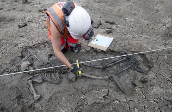 Phát hiện bộ xương người 500 năm tuổi dưới cống nước ở Anh - Ảnh 1.