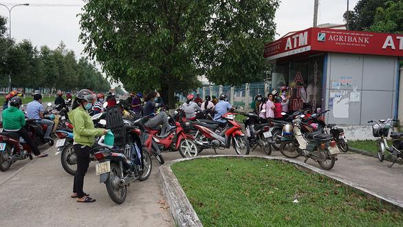 Chưa đến tết ATM đã lỗi, hết tiền, ngưng hoạt động - Ảnh 1.
