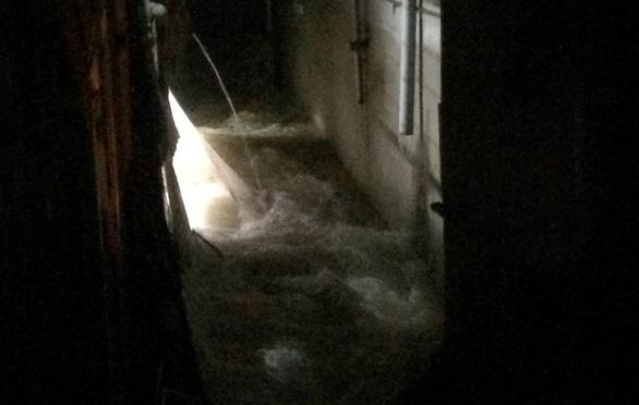 Mưa lớn sập tường nhà, hai phụ nữ bị cuốn xuống mương mất tích - Ảnh 1.