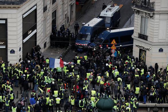 Áo vàng kéo tới Champs-Elysées, xe bọc thép tiến về Khải hoàn môn - Ảnh 5.