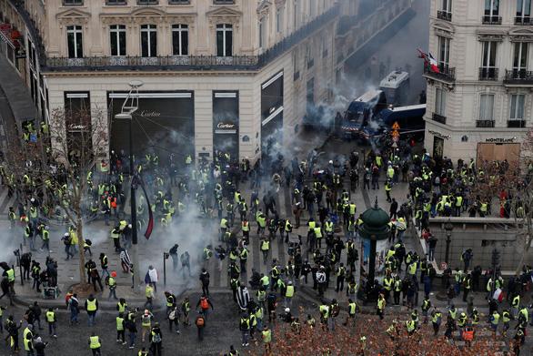 Áo vàng kéo tới Champs-Elysées, xe bọc thép tiến về Khải hoàn môn - Ảnh 7.