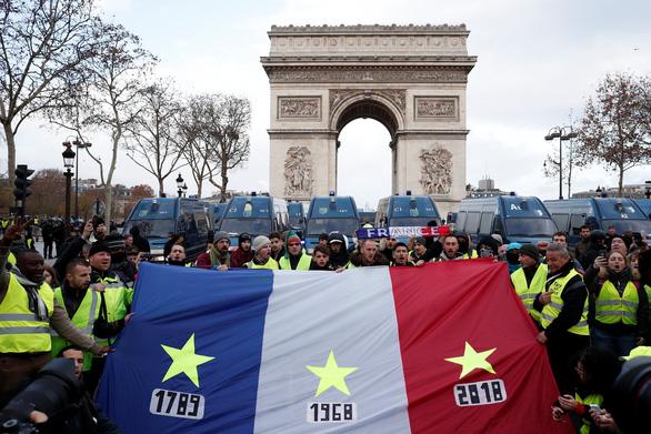 Áo vàng kéo tới Champs-Elysées, xe bọc thép tiến về Khải hoàn môn - Ảnh 3.