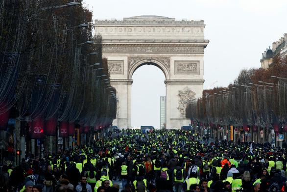 Áo vàng kéo tới Champs-Elysées, xe bọc thép tiến về Khải hoàn môn - Ảnh 4.