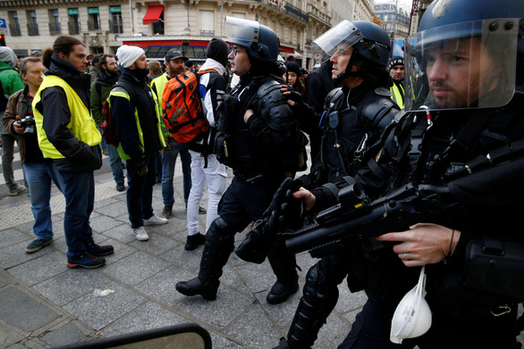 Áo vàng kéo tới Champs-Elysées, xe bọc thép tiến về Khải hoàn môn - Ảnh 6.