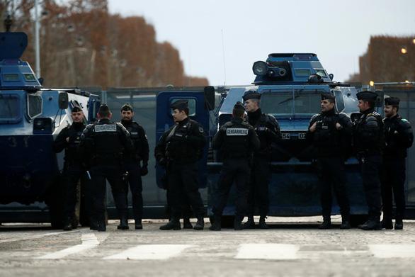 Áo vàng kéo tới Champs-Elysées, xe bọc thép tiến về Khải hoàn môn - Ảnh 2.
