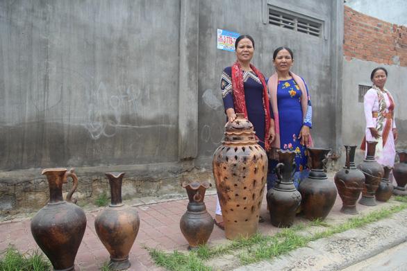 Đồng bào Chăm làm gốm, trưng bày dọc Đường gốm Bàu Trúc - Ảnh 2.
