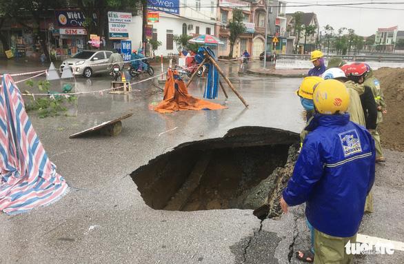 Vá 'hố tử thần' trên đường phố Vinh sau mưa lớn - Ảnh 2.