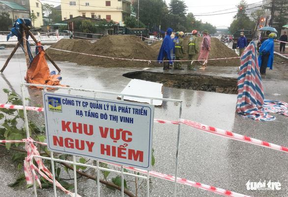 Vá 'hố tử thần' trên đường phố Vinh sau mưa lớn - Ảnh 3.