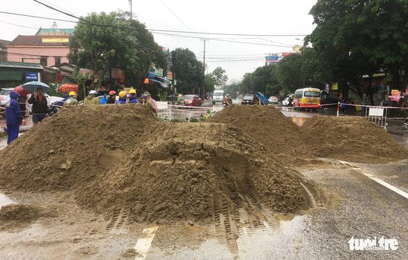 Vá 'hố tử thần' trên đường phố Vinh sau mưa lớn - Ảnh 4.