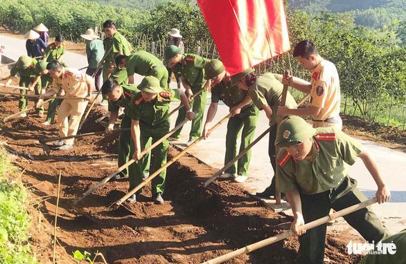 Dân hiến đất mở đường, xây miếu tri ân hai liệt sĩ phi công - Ảnh 1.