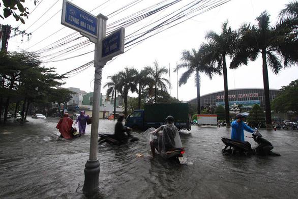 Sau một đêm mưa lớn, Đà Nẵng ngập nặng - Ảnh 11.