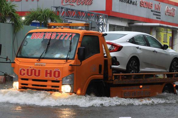 Sau một đêm mưa lớn, Đà Nẵng ngập nặng - Ảnh 10.