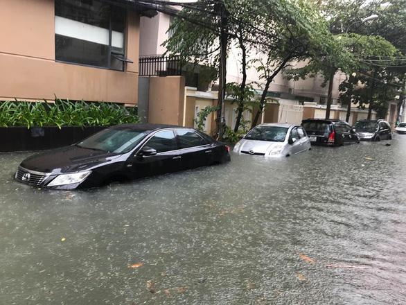 Sau một đêm mưa lớn, Đà Nẵng ngập nặng - Ảnh 4.