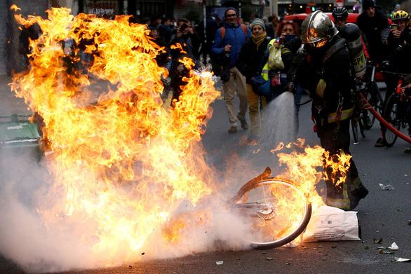 Ông Trump giễu tổng thống Pháp chuyện biểu tình bạo loạn - Ảnh 1.