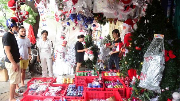 Sôi động thị trường Giáng sinh - Ảnh 1.