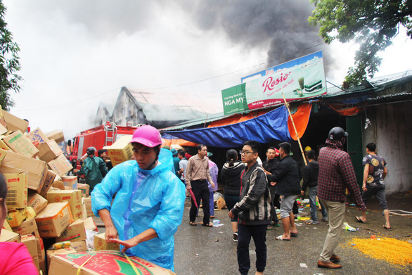 Cháy lớn kho hàng ở gần chợ Vinh, tiểu thương lao vào cứu hàng - Ảnh 5.