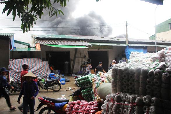 Cháy lớn kho hàng ở gần chợ Vinh, tiểu thương lao vào cứu hàng - Ảnh 6.