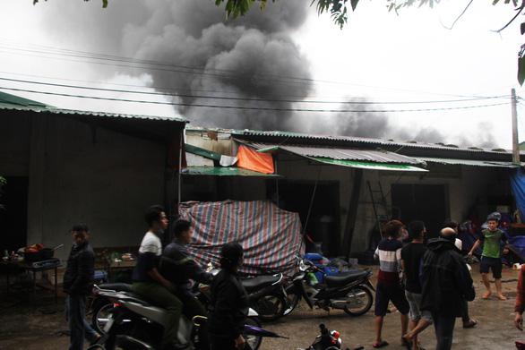 Cháy lớn kho hàng ở gần chợ Vinh, tiểu thương lao vào cứu hàng - Ảnh 7.