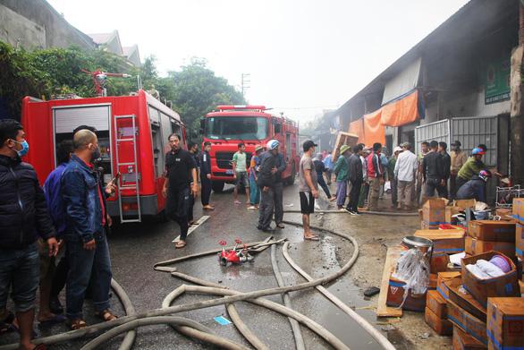 Cháy lớn kho hàng ở gần chợ Vinh, tiểu thương lao vào cứu hàng - Ảnh 8.