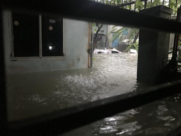 Sau một đêm mưa lớn, Đà Nẵng ngập nặng - Ảnh 7.