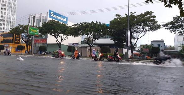 Sau một đêm mưa lớn, Đà Nẵng ngập nặng - Ảnh 9.
