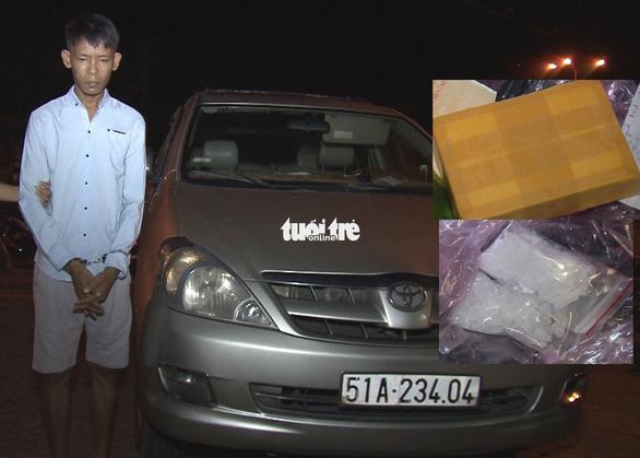 Vĩnh Long: bắt đối tượng lái ô tô chở lượng lớn heroin, ma túy đá - Ảnh 1.