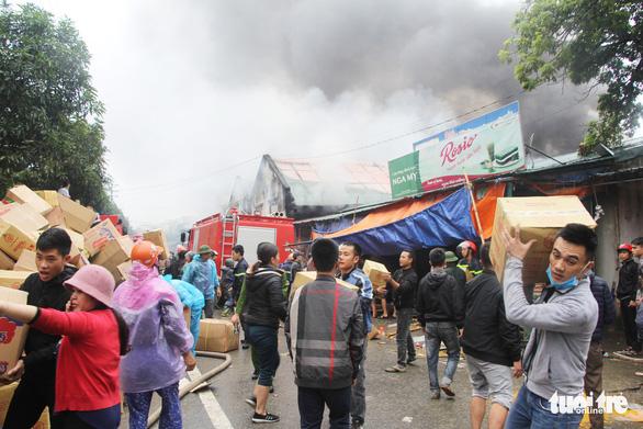 Cháy lớn kho hàng ở gần chợ Vinh, tiểu thương lao vào cứu hàng - Ảnh 4.