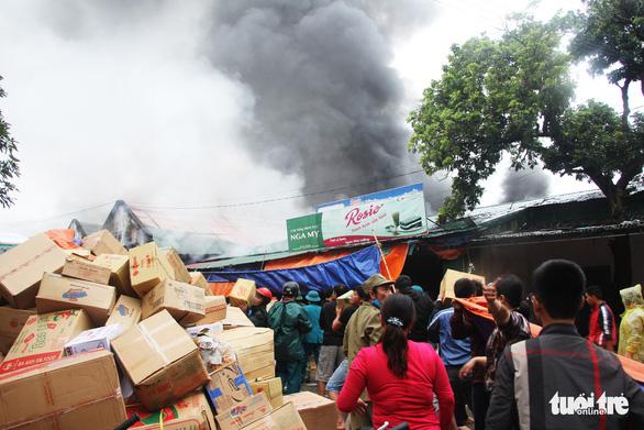 Cháy lớn kho hàng ở gần chợ Vinh, tiểu thương lao vào cứu hàng - Ảnh 3.